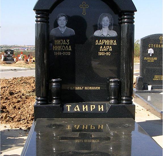 nadgrobni spomenik sa lucnom kapom i stubovima